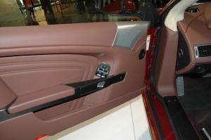 阿斯顿·马丁DBS 驾驶员侧车门内门板