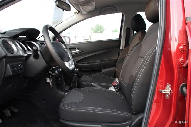 空间 张青/中华H230的舒适度不错,悬挂的调校偏软,在驶过颠簸路面的时...