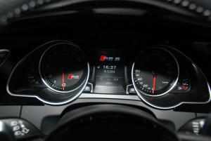 进口奥迪RS 5 仪表盘背光显示