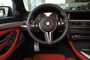 宝马M5完整内饰(驾驶员位置)图片