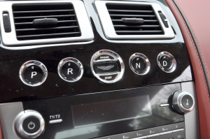 阿斯顿·马丁DB9 中控台音响控制键