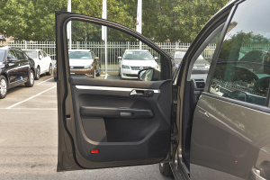 驾驶员侧车门内门板