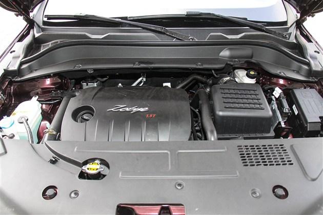 动力方面,新款众泰SR7依旧搭载了1.5T涡轮增压发动机,其最大功率110kW,峰值扭矩195Nm。传动系统与之匹配的则是CVT无极变速箱和5速手动变速箱。