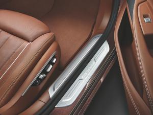7系05. 迎宾踏板上的BMW 个性化定制专属标识