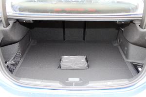 宝马1系行李箱空间图片