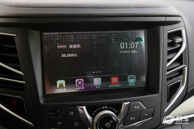 其中,宋EV300搭载的Carpad多媒体系统可实现网页浏览、网购、新闻浏览、视听娱乐、游戏、第三方导航等诸多功能,可玩性比其他车型要好。