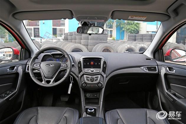 内饰方面,新车的内饰参考了燃油版车型的设计,采用了旋钮换挡机构的同时加入了蓝色缝线、蓝色饰条等纯电动车型的设计元素。