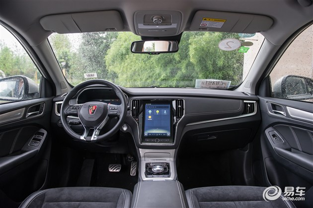 别以为纯电动车配置就寒碜,荣威ERX5车内标配10.4英寸多媒体触控屏和12.3英寸全液晶交互式仪表盘。