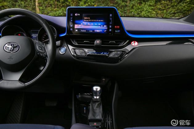 车内空间也非常漂亮,撞色设计以及科技感融合的恰到好处,不会过于激进,也没有过于平庸,其整体内饰也充满了科幻感。