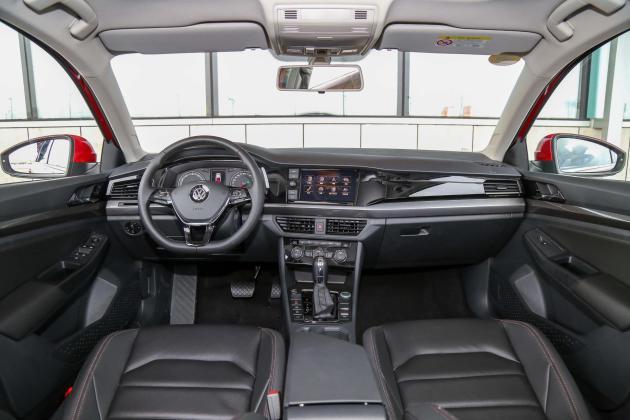 新车在外形内饰方面保持不变,但配置上有所增加。其中舒适型和精英型车型升级为标配MIB-G Standard Plus信息娱乐系统及倒车影像,售价相比老款增加1000元。 此外,宝来的智能多媒体导航选装包价格从2500元下调为1200元,此选装包内包括8英寸彩色触摸屏、实时路况导航、自然语音控制、Car Life和Car Play、Mirror Link手机映射、USB接口和手写识别多项功能。动力方面,新车依旧搭载1.
