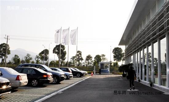 力宝行占据力天汽车公园4分之一的土地面积,展厅设计大气舒高清图片