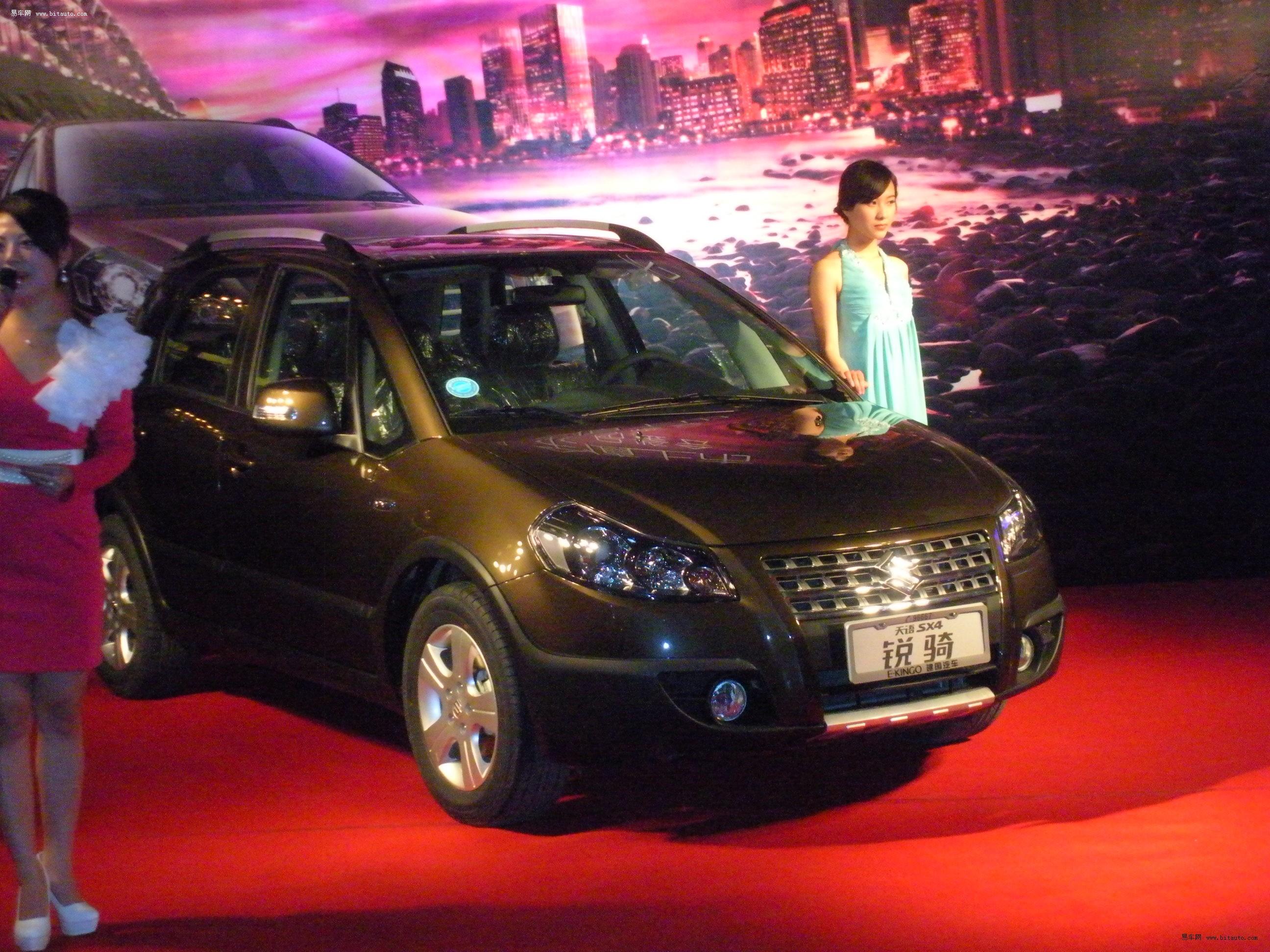 2011年12月25日,长安铃木推出天语SX4的改款车型——铃木锐骑,这是继2011年4月于上海车展推出新款天语SX4之后,长安铃木再度出击跨界车市场,继陆续登陆广州等地之后,铃木锐骑将于2012年1月12日正式登陆成都。新车共推出四款配置车型,其售价如下:1.6LMT、AT售价分别为 10.