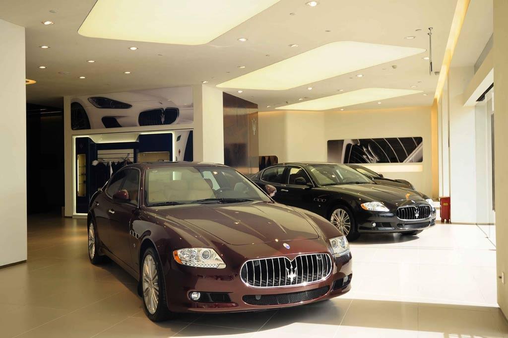 温州展厅整体外立面设计采用简洁现代的全玻璃结构,展厅总面积共1,000平米。展厅陈列了目前在售的全系列法拉利及玛莎拉蒂车型,包括:FF、599GTBFiorano、458Italia、FerrariCalifornia,玛莎拉蒂GranTurismoMCStradale跑车、Quattroporte总裁系列轿车、GranTurismo跑车系列以及GranCabrio敞篷跑车系列。  传统舞狮送祥瑞 当天