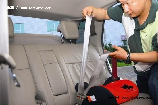 增高垫适合身高135cm以下(体重22-36kg)儿童按需使用: 车辆内的安全带都是按成人设计的,仅适用于身高140cm、体重36kg以上的儿童。对于身高体形发展尚未健全的儿童来说,若只使用车上安全带,当碰撞发生时,反而会伤害宝宝脆弱的颈部,根本起不到安全功能。所以,儿童乘车必须使用儿童座椅, 英国法律规定12岁或135cm以下孩童在车内必须使用儿童安全座椅或增高垫。  各种颜色的增高垫 随着孩子身高的增长,带五点式束缚的安全座椅也许不适合儿童了,也许这时候你需要买个更大的儿童座椅,如果你的孩子体重满足2