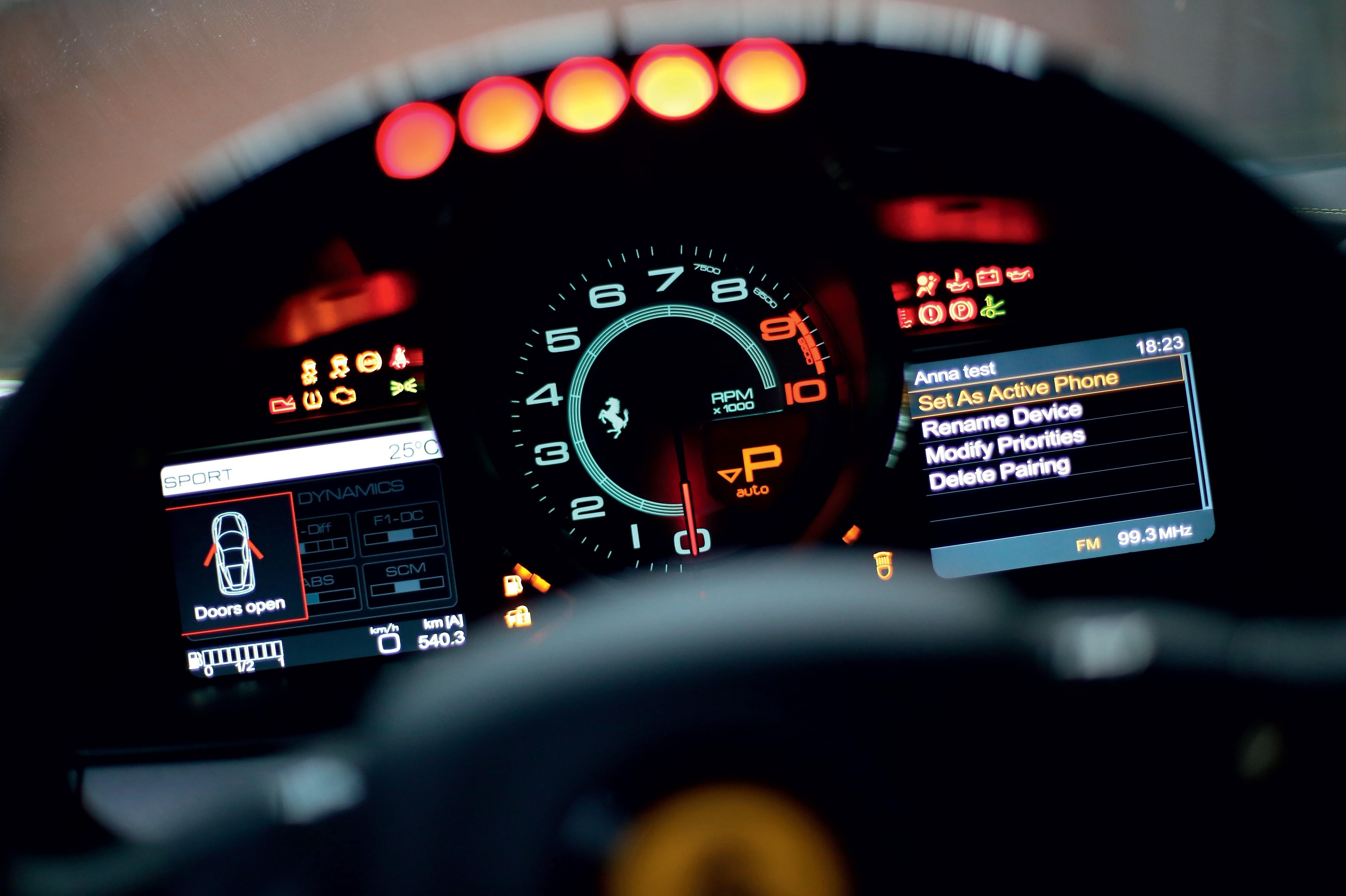 当我看到方向盘上的转速指示灯一一亮起; 法拉利三款超级跑车 时间