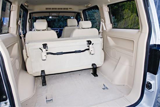 【第三排座椅可整体向前折叠,以便扩充行李厢容积】 欧诺前期推出1.3 L车型,随后还将推出搭载三菱1.5 L排量4A91发动机的高端产品。在产品讲解会上,厂家并没有对这款1.3 L发动机做过多介绍,但打开发动机舱盖,你会见到盖板上所标注的G13字样,而最初很多人是因为长安铃木的羚羊才对G13发动机有所认识,所以在技术上G13也留有诸多铃木的特点,例如良好的燃油经济性。尽管68 kW的最大功率与120 N·m最大扭矩均超过了长安GX20所搭载的JL474QL发动机,但在试驾之前,我还是对1.