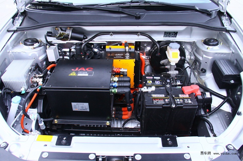 爱意为第三代纯电动车与二代车参数对比 爱意为第三代纯电动车与二代车相比,新增了制动能量回收与远程监控两大功能。制动能量回收能够将车辆在制动、减速、滑坡时产生的动能转为电能储存,可提高续航里程 5-10%.电池容量从15kWh提升至19kWh,市区工况续驶里程从100km增加到130km,等速60 km /h续驶里程可达180km.