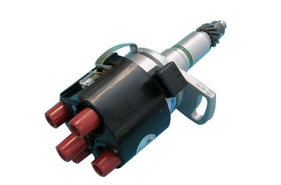 汽油机点火系统中按气缸点火次序定时地将高压电流传至各气缸火花塞