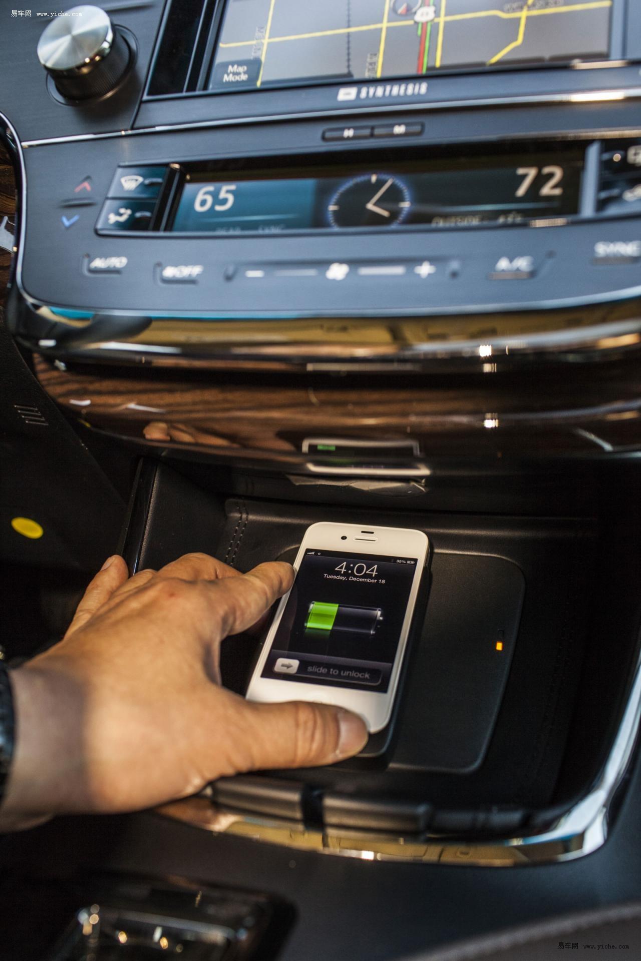 2013款丰田Avalon混动配备Qi无线充电技术
