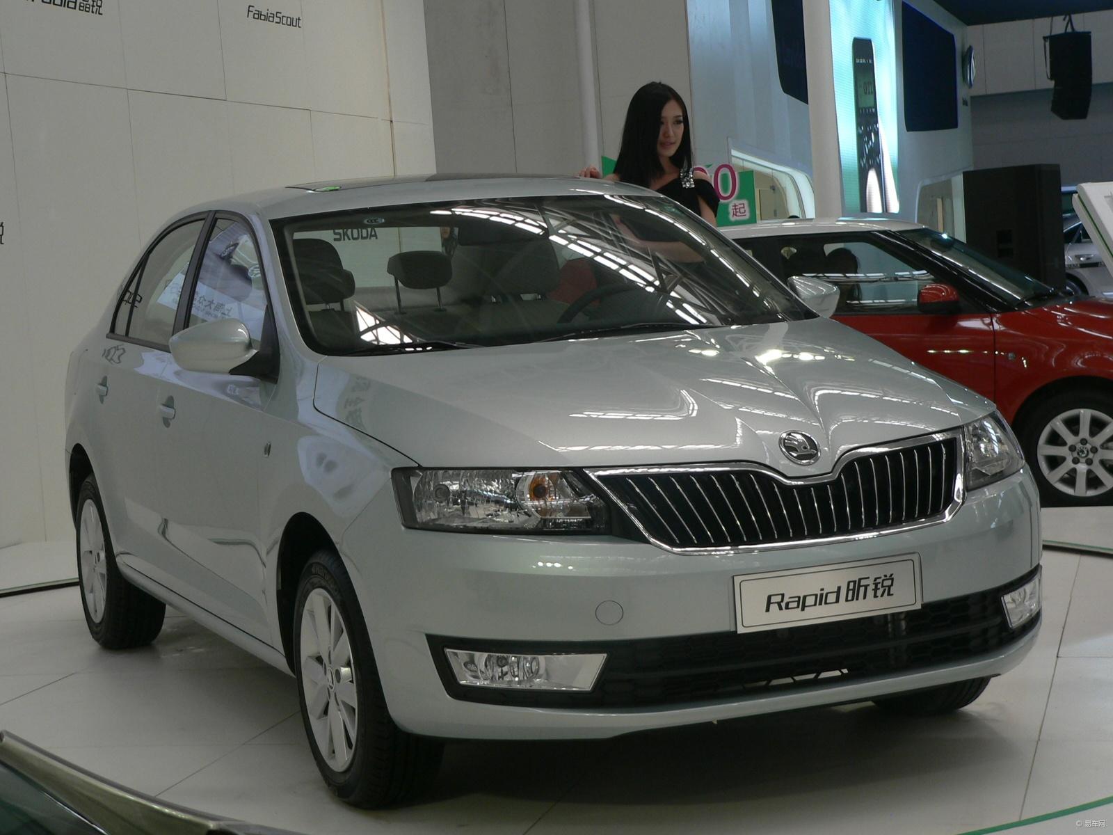 """上海大众斯柯达展台当之无愧的明星车型,Rapid 昕锐成为最大的焦点,吸引了众多观众驻足观看。Rapid 昕锐是采用斯柯达品牌全新设计语言的第一款车型,也是上海大众斯柯达第一款采用斯柯达全新品牌平牌标示的车型,清新时尚的造型设计备受市场青睐,特别是源自于捷克著名的水晶切割工艺的设计个风格深受消费者喜爱。而在驾乘空间,动力操控,人性化配置等方面,Rapid 昕锐也完美传承了上海大众斯柯达""""锐""""系家族的传统优势,有着出色的综合实力和超高性价比。车展现场,这款新锐车型赢得了超高人气,赏车"""