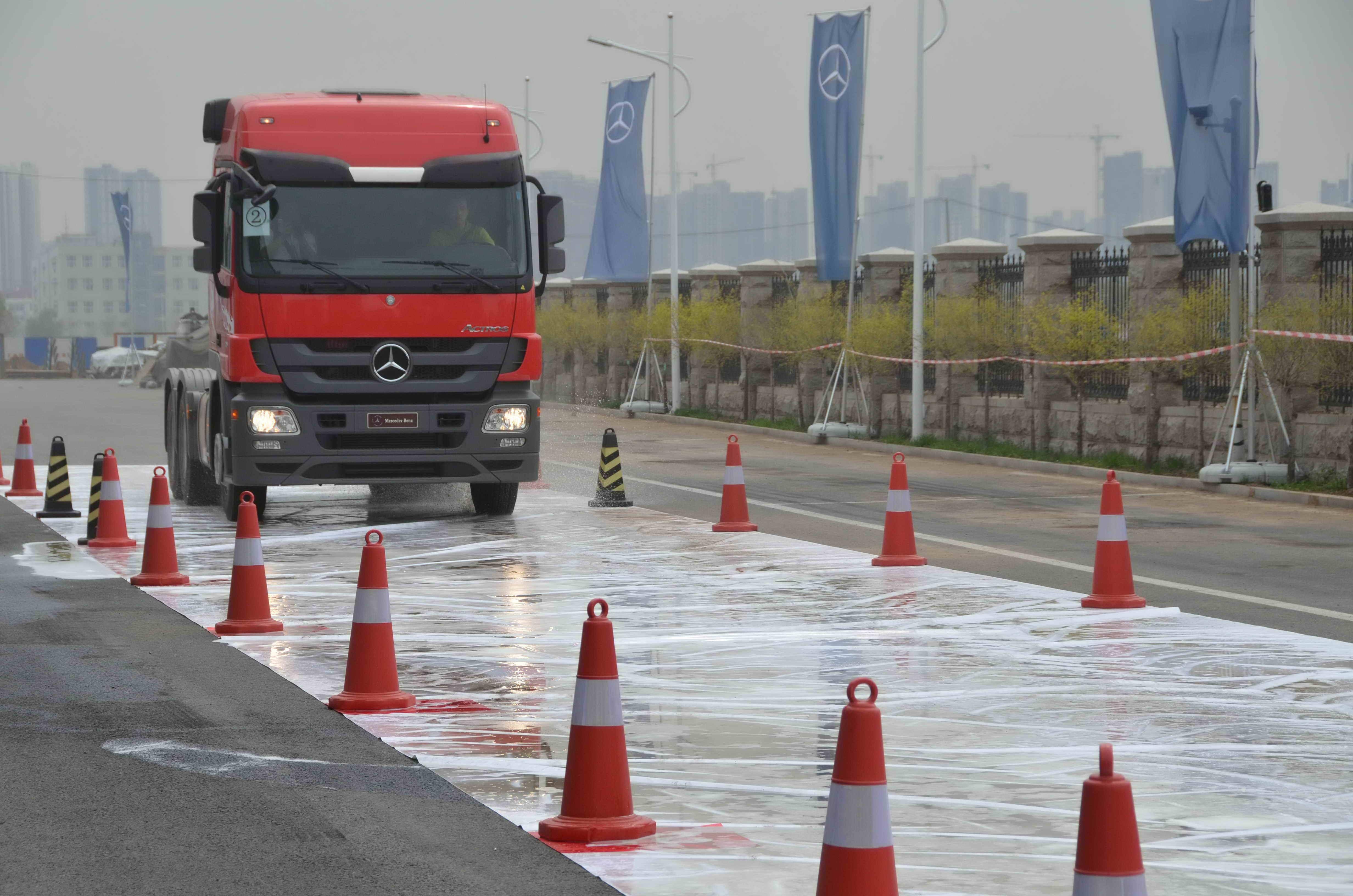 学员进行冰雪路面驾驶培训 梅赛德斯 奔驰在华启动卡车驾高清图片