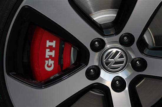这款差速锁被称为VAQ机械结构差速器。大众曾表示,配备VAQ的高尔夫GTI在纽伯格林赛道上的圈速要比配备普通差速器的车型快8秒左右。这套装置不仅能够能察觉过弯时前轮潜在的打滑和转向不足,还能够通过监控每只车轮来察觉哪一边的动力更强(通常是外侧轮),然后减轻另一侧车轮的力矩输出(内侧),以此来提供更加敏捷而精准的转向。与只是一段程序的XDS+相比,VAQ可是让新车的操控更进了一大步。在试驾时,我们觉得这套系统的潜力在遭遇无数弯道的时候爆发了出来,使得我们对其充满了信心,感觉没有什么是不可能的。