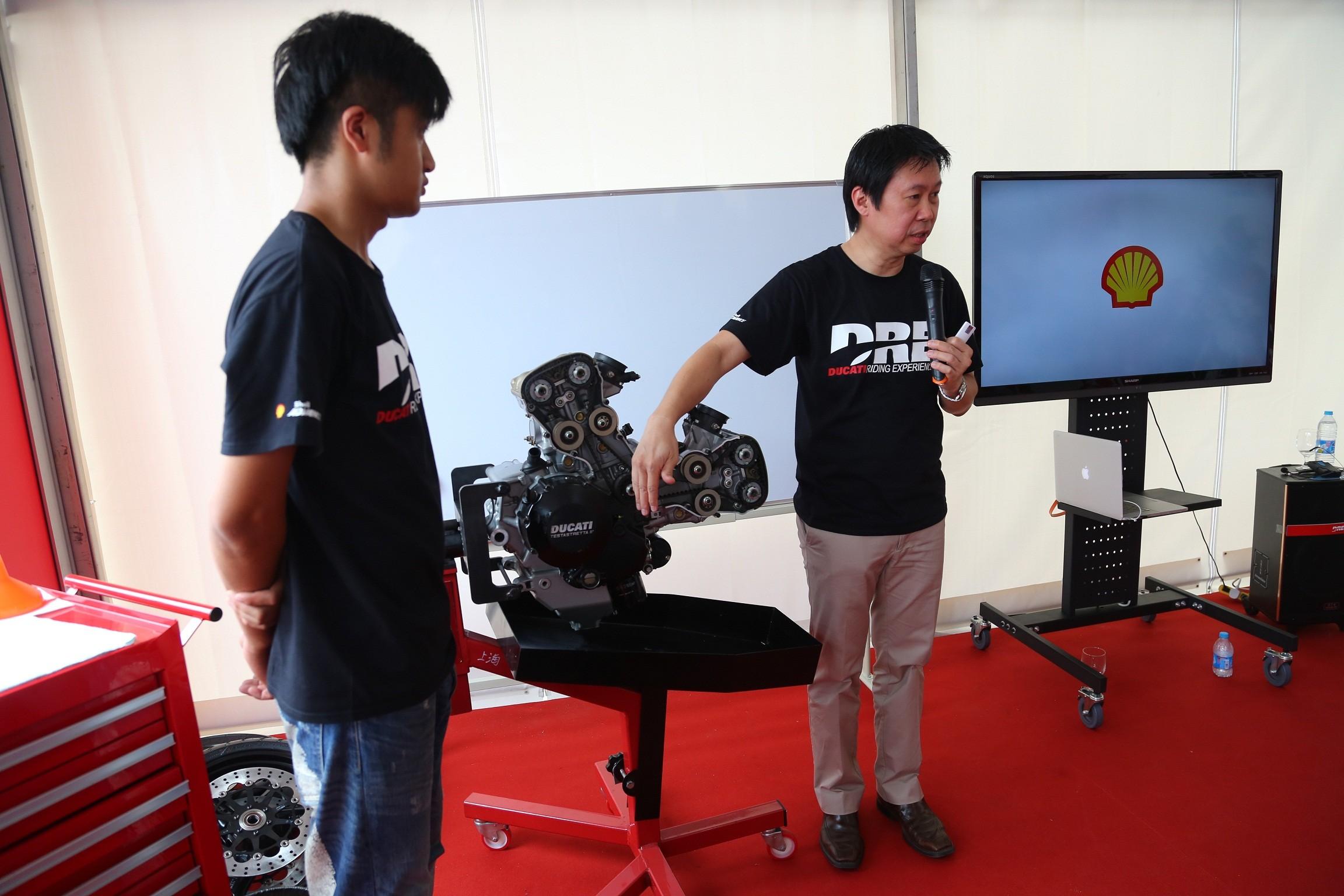 图为壳牌爱德王子摩托车油技术经理刘健文 高清图片