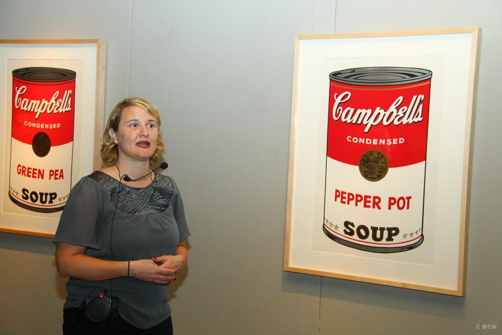 安迪·沃霍尔美术馆馆长埃里克·c·夏纳带领我们参观大师作品