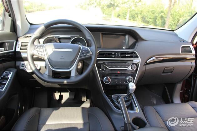 ——猎豹CS10内饰的整体造型设计也创新十足,双炮式仪表盘、触控式液晶屏、天窗配置,这些家用车该有的配置它都有了,更为贴心的是还有前排座椅加热功能。从这些足以看出猎豹品牌对于这款车的重视程度,没什么毛病可调,值得称赞。中控台的设计很新颖,仪表盘和中控台液晶屏采用了类似奔驰S级车型的设计;搪塑材质虽然触摸起来很硬,但是各个缝隙的连接处却做的很细腻。