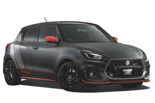 """新车外观加装了大量运动套件,并且采用了与铃木GSX-1000 ABS一样的哑光黑色车身漆。车头下方的前扰流器与车侧裙板使用了红色进行点缀,并且使用了专属红色""""Sport""""字样贴纸。此外,新车的长宽高尺寸为3890×1735×1500mm。"""