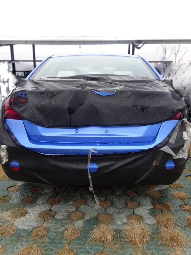 从侧面来看,新款帝豪EV的造型与现款较为相近,但换装了17寸多辐式轮圈。但曝出的谍照图中,新车尾部仍处于伪装的覆盖下,但现款车型的倒车雷达依然得到保持。