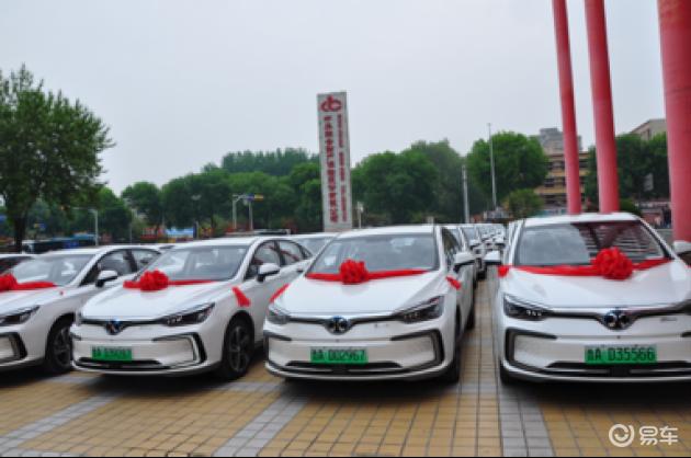 济南市新能源网约车发展高峰论坛暨北汽新能源EU5交车仪式举行