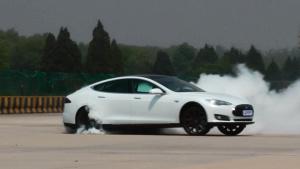 中谷明彦特斯拉Model S烧胎漂移