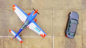 宝马M6竞速险胜特技飞机
