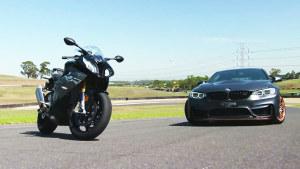 宝马M4赛道迎战摩托车