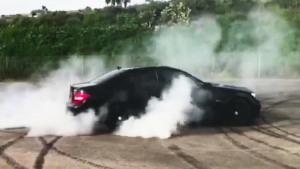 奔驰C63 AMG狂暴烧胎