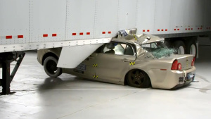 IIHS半挂车侧面撞击测试