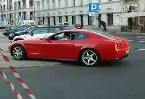 红色法拉利612 Scaglietti快速加速