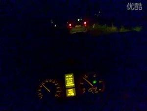 梅赛德斯奔驰VIANO夜间驾驶视频