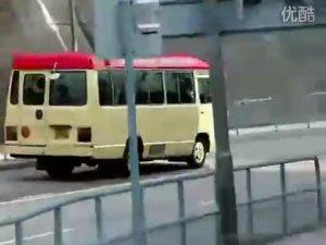 载满乘客的丰田考斯特飞快行驶