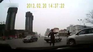 两个警察拦不住 比亚迪S6神启动