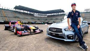 冠军车手驾英菲尼迪Q50 极速追逐F1赛车
