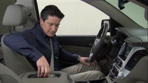 GMC全尺寸SUV育空 手机无线充电演示