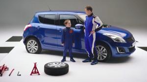 铃木雨燕时尚两厢车 父子换轮胎大作战
