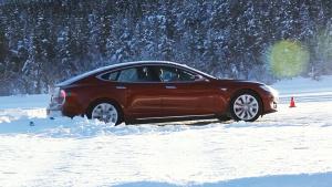 新特斯拉Model S 笑对冰雪路面