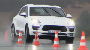 保时捷Macan S柴油版 湿滑路面绕桩