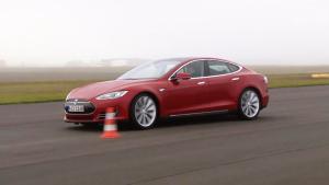特斯拉Model S绕桩 时速可达64.9km/h