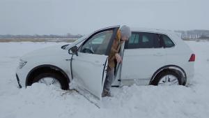 大众途观在北方陷到雪地里,司机差点弃车而去