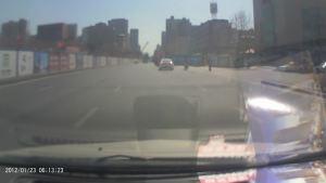 这个小伙子开着小女友的车玩生猛呢