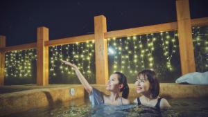 滑雪烧烤只是前戏,俩妹子泳装温泉暧昧一室轻游记